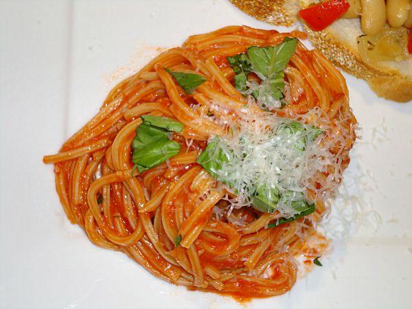 Easy tomato-garlic pasta recipe from @basilmomma