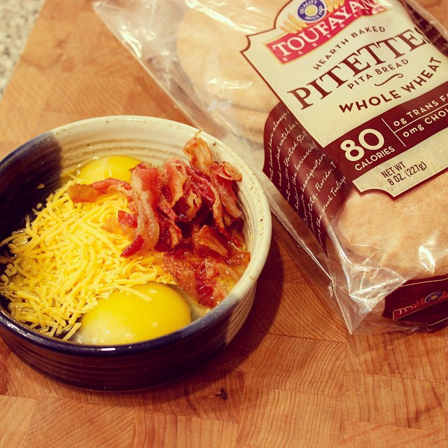 Quick, make ahead bacon, egg and cheese sandwiches on @toufayan pitettes #ontheblog #client