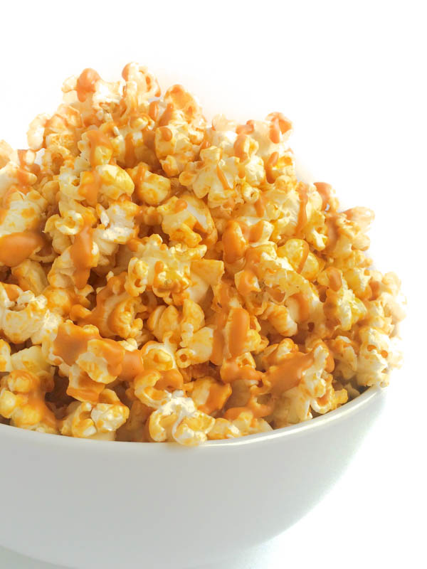 Just in time for peanut butter lovers month comes peanut butter drizzled popcorn from The Lemon Bowl. BEST SNACK IDEA EVER!